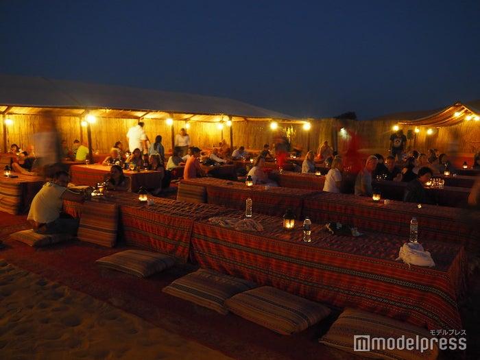 キャンプサイト内のディナー会場スペース(C)モデルプレス