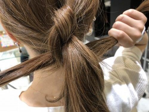 結んだ髪の毛先で残っている髪を抱え込むようにする