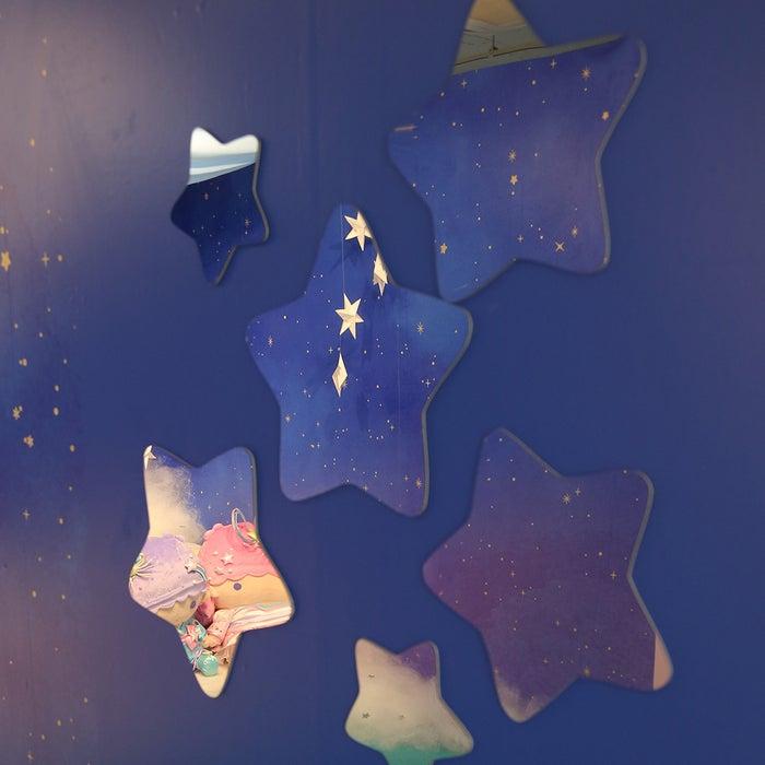 星型のミラーに映り込んだキキ&ララと写真撮影(提供画像)