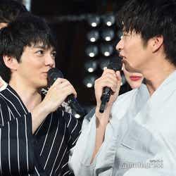 田中圭(右)と「平成最後の満月の夜」に語り合ったことをアピールする林遣都(左)/(C)モデルプレス