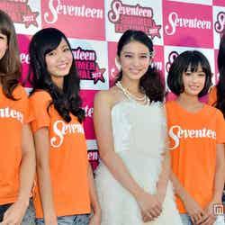 武井咲(中央)と「ミスセブンティーン2012」に決定した4名(左から)藤井サチ、岡崎紗絵、広瀬すず、高堰うらら