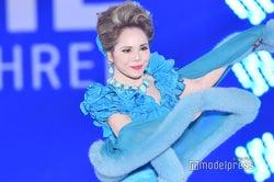 デヴィ夫人、ゴージャスドレスで舞う 「ガルアワ」シークレット出演<GirlsAward 2018 A/W>