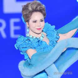 モデルプレス - デヴィ夫人、ゴージャスドレスで舞う 「ガルアワ」シークレット出演<GirlsAward 2018 A/W>