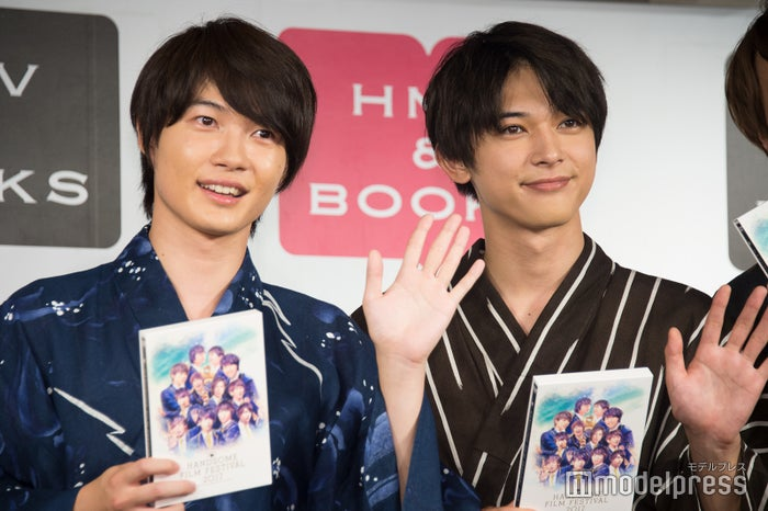 『HANDSOME FILM FESTIVAL 2017 DVD』ハイタッチ会に登壇した(左から)神木隆之介、吉沢亮 (C)モデルプレス