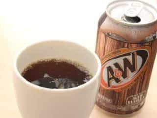 「湿布のニオイがする」と話題のルートビア 飲んでみて「マジか…」 沖縄で発売されている、炭酸ドリンク『ルートビア』。実際に飲んでみると…
