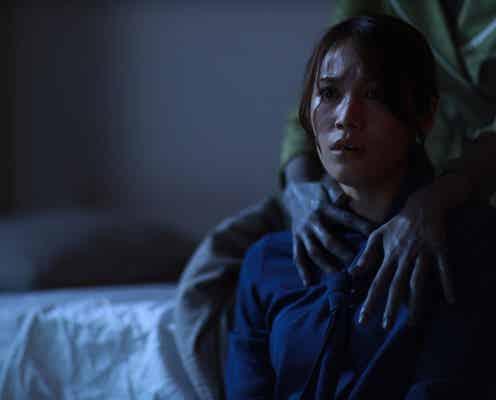 背後から忍び寄る青白い手…配信ならではの攻めた恐怖映像『言霊荘』スピンオフが怖すぎる!