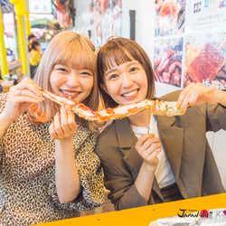 モデルプレス - 柴田紗希&古関れん、マグロステーキ・タラバガニ・生牡蠣…築地で食べまくる