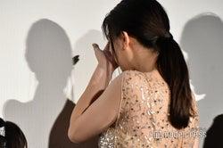 涙を拭う篠原涼子 (C)モデルプレス