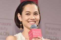 モデルプレス - 水原希子、美人母との2ショット公開「最強親子」「笑顔がそっくり」と反響