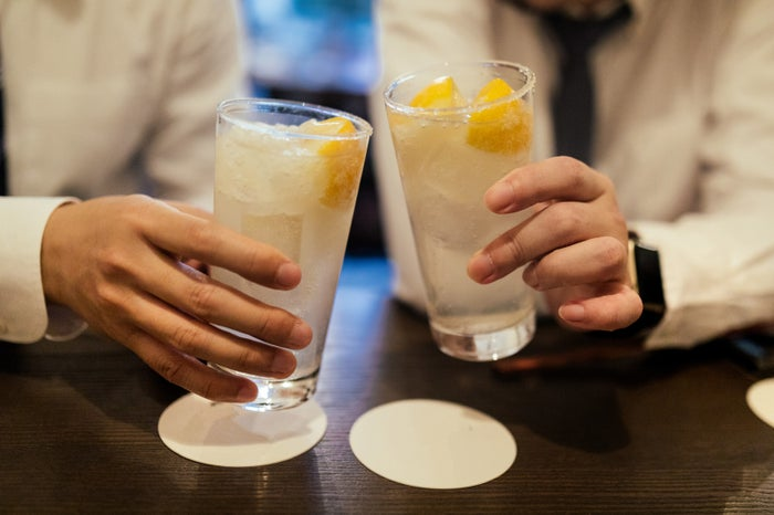 男性がお酒好きかどうかでもイメージは変わる/photo by ぱくたそ