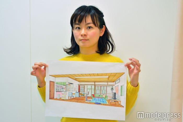 美術デザインを担当した武田麻衣子(たけだまいこ)さん(手に持っているのは高梨家のデザイン画)(C)モデルプレス