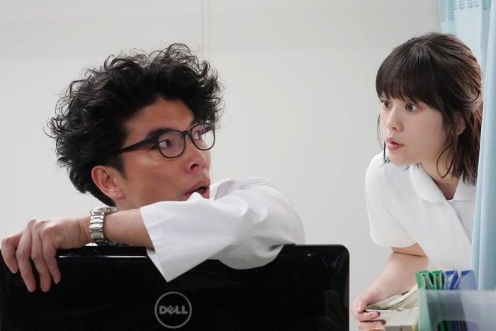 片桐仁、筧美和子/「あなたの番です」第4話より(C)日本テレビ