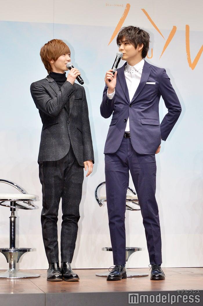 親友役を演じる七五三掛龍也(左)と薮宏太(右)が会見で背くらべ(C)モデルプレス