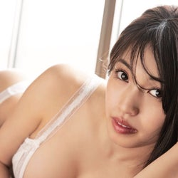 "CHERRSEE・MIYU、1st写真集で""今""を激写 豊満バスト溢れる秘蔵写真公開"