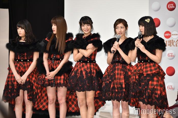 (左から)川本紗矢、入山杏奈、北原里英、渡辺麻友、横山由依(C)モデルプレス
