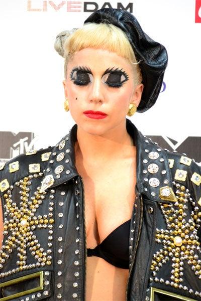 レディー・ガガ/頬に付けホクロ、目は会見中一度も開くことはなかった。日本に敬意を表するアニメアイだが、黙祷と心の目で未来を見つめ、祈るというダブルミーニングか?/「MTV VIDEO MUSIC AID JAPAN」ライブ終了後の会見にて