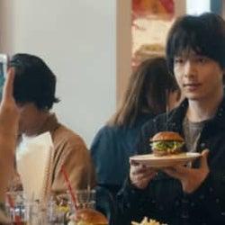 中村倫也、ハンバーガーで記念撮影 『人数の町』奇妙な食事事情の場面カット