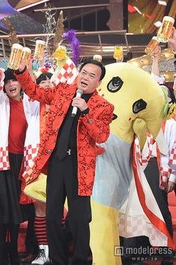 関ジャニ∞、生ビールで「カンパイ!」 オネエ軍団と絡むハイテンションコラボ<紅白本番>