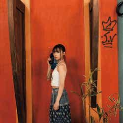 モデルプレス - 乃木坂46鈴木絢音、お腹ちらり 健康的な美しさとエロスが同居<1st写真集「光の角度」先行カット>