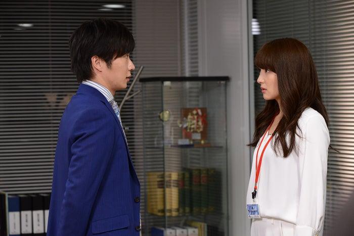 田中圭、高梨臨/ドラマ『恋がヘタでも生きてます』第2話より(C)読売テレビ