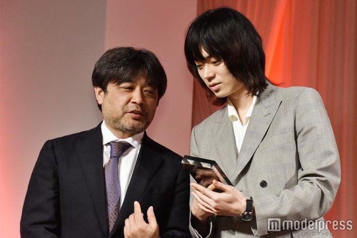 今日は岸監督と一緒にトロフィーを眺める菅田将暉 (C)モデルプレス