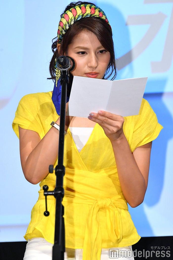 真剣に台本を読み込む永島優美アナ (C)モデルプレス