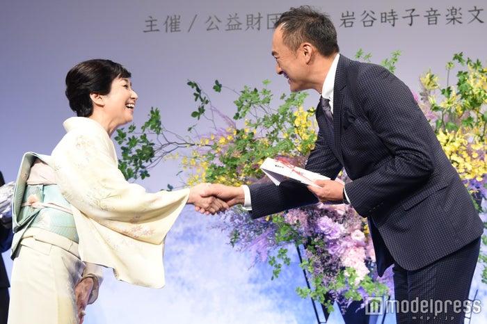 竹下景子、渡辺謙(C)モデルプレス