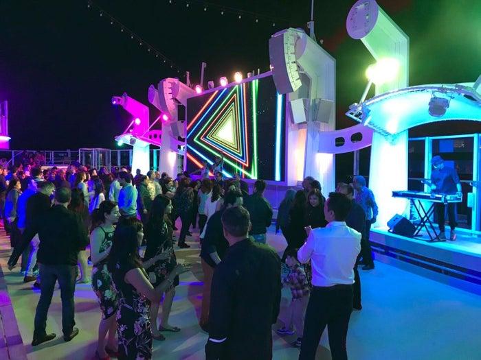 夜は海上のパーティで盛り上がる(提供写真)