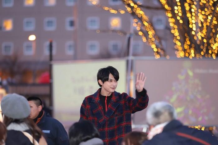 観衆に手を振る吉沢亮(画像提供:NHK)