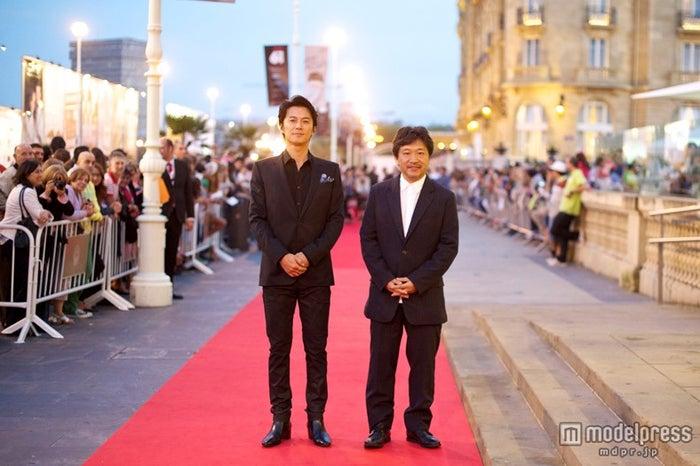 「第61回サン・セバスチャン国際映画祭」に参加した福山雅治、是枝裕和監督(C)2013『そして父になる』製作委員会