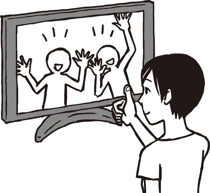 親指を顔の前に立て、視線は爪に置いたまま周辺視でテレビを見る(C)松本奈緒美