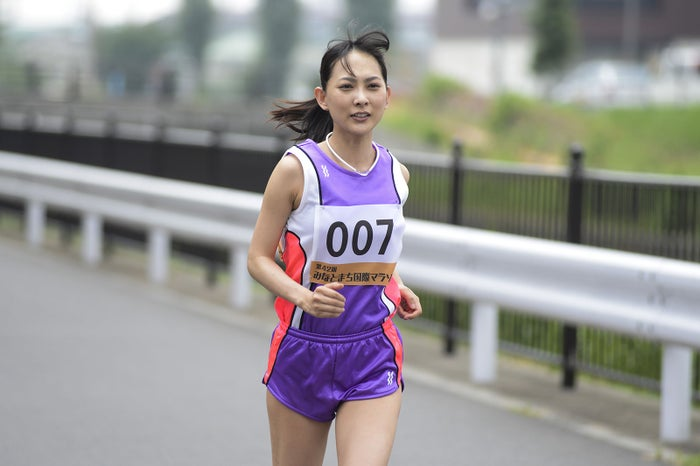 谷村美月、マラソン選手役で美脚...