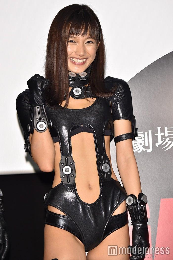 """武田あやな、SEXY""""スーツ""""で大胆肌見せ(C)モデルプレス"""