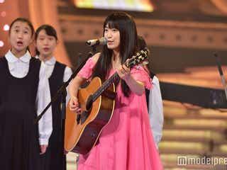 """miwa、肩出しピンクドレスで歌唱 中学生と心の絆を""""結ぶ""""<紅白リハ最終日>"""