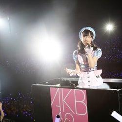 渡辺麻友、AKB48チーム8小栗有以にサプライズ 初センターにエール<チーム8結成4周年記念祭/セットリスト>