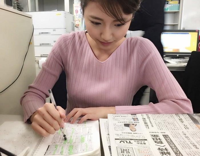 新聞全紙、報道ニュースをくまなくチェック。自分のノートにまとめます。(提供写真)
