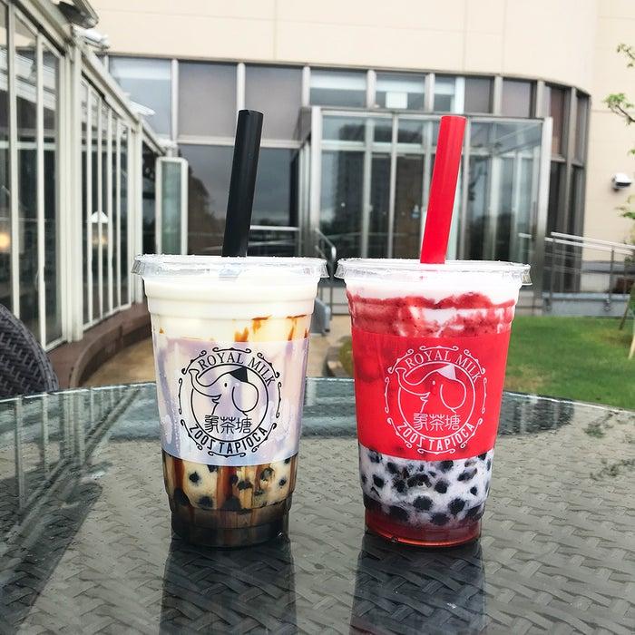 (左)黒糖ロイヤルミルク、(右)苺ロイヤルミルク/画像提供:アイエムエムフードサービス