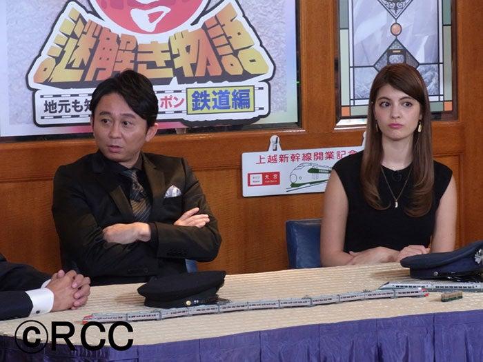 有吉弘行(左)の秘書役を務め、初共演を果たしたマギー(右)【モデルプレス】