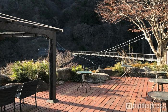 鬼怒川溪谷に架かる大吊橋を眺めながら、テラスでゆったりとくつろげる(C)モデルプレス