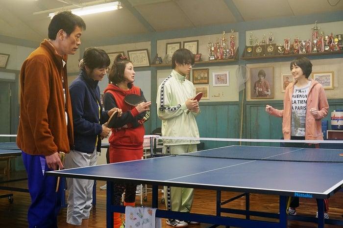 多満子(新垣結衣)率いるフラワー卓球クラブ(C)2017『ミックス。』製作委員会