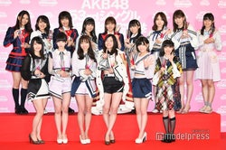 "AKB48、総選挙1位の松井珠理奈不在で新曲初披露 センターは""珠理奈トロフィー""<センチメンタルトレイン>"