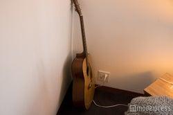 プレイルームにギターを発見(C)モデルプレス