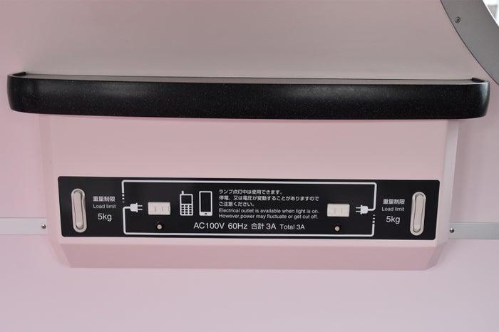 スマートフォンなど小電力の充電が可能なコンセントと荷物掛け/画像提供:東京メトロ