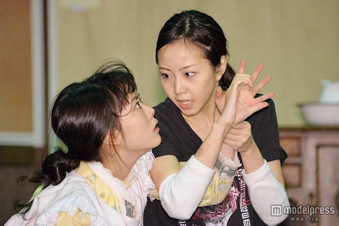公開舞台稽古を行った(左より)高畑充希、木南晴夏【モデルプレス】
