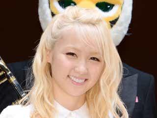 """Dream Ami、金髪は""""前髪アレンジ""""がポイント 白レースの""""甘ガーリー""""コーデ<ファッションチェック>"""