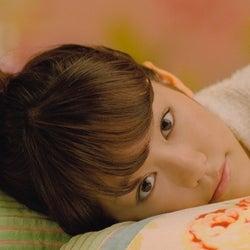 桐谷美玲、パジャマ姿でベッドにダイブ