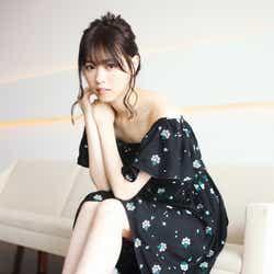 モデルプレス - 乃木坂46西野七瀬、SEXY肩見せスタイル プール&ホテルで見せる表情