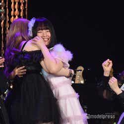 白雪希明に抱きつく矢作萌夏/「AKB48グループ歌唱力No.1決定戦」決勝大会 (C)モデルプレス