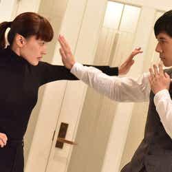 モデルプレス - 綾瀬はるかVS西島秀俊、激しいアクションで激突<奥様は、取り扱い注意>