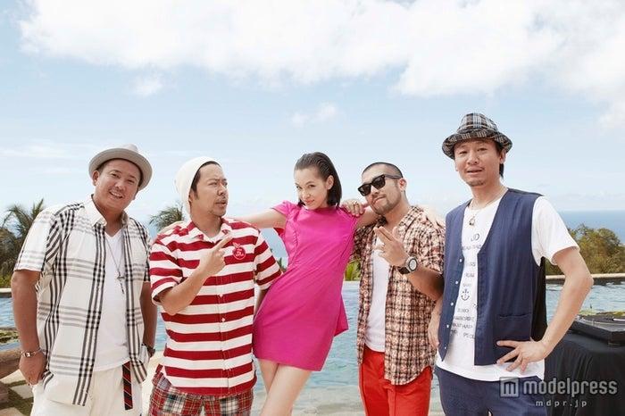 新曲「LOVE LOVE Summer」のMVで共演するケツメイシ&水原希子